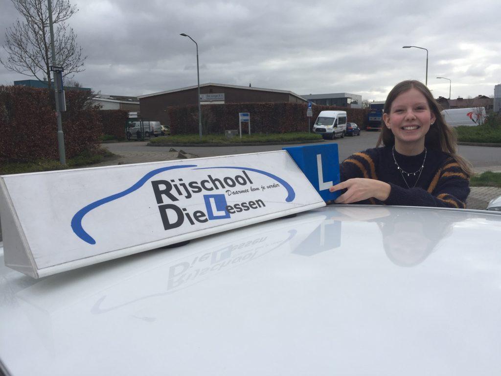 julia Wattel geslaagd voor haar rijbewijs.
