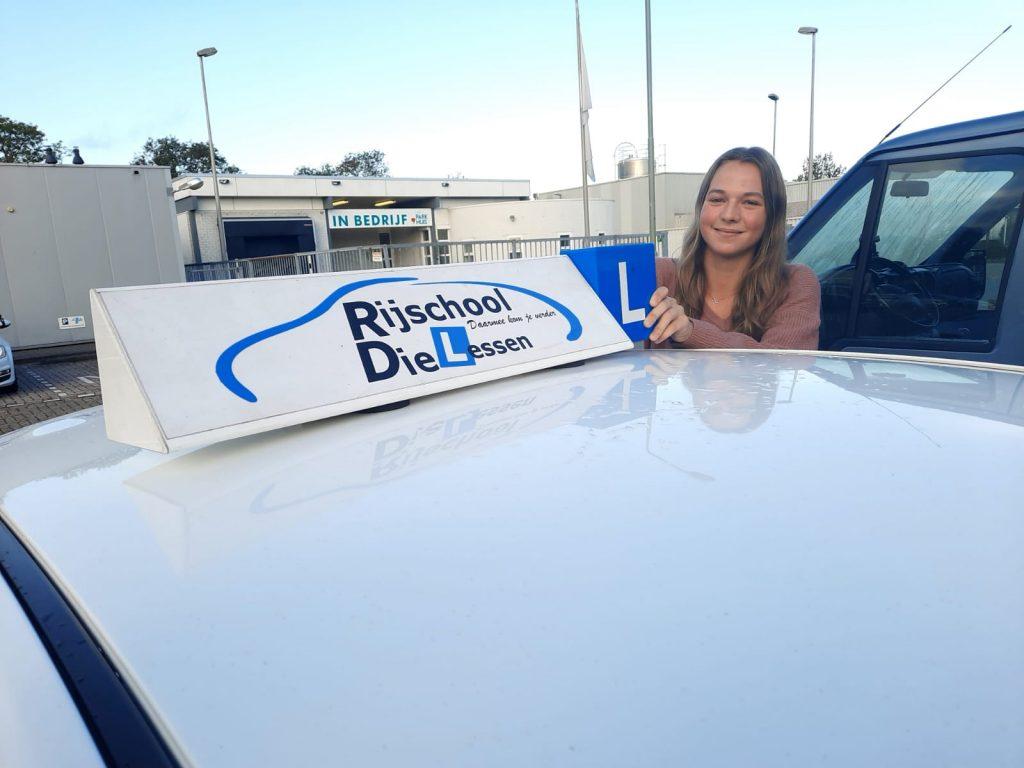 Naomi Bosma geslaagd voor rijbewijs.